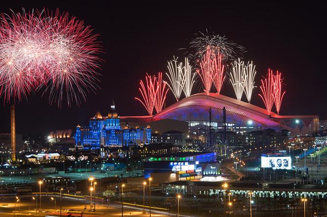 Салют над стадионом «Фишт» во время церемонии закрытия XI зимних Паралимпийских игр