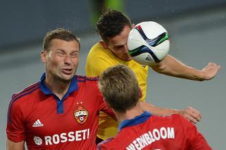 Алексей Березуцкий (слева) и Понтус Вернблум в борьбе с футболистом «Спарты» во время первой игры