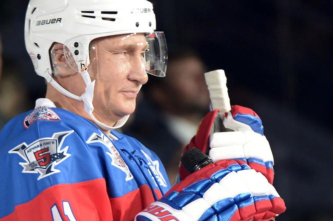 Владимир Путин во время хоккейного матча Ночной хоккейной лиги в Большом Ледовом дворце
