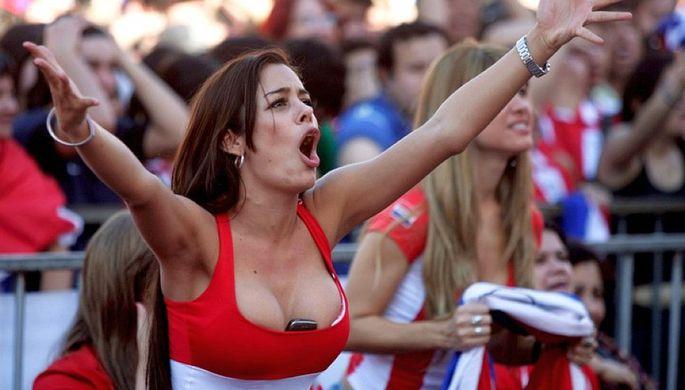 Самая известная болельщица сборной Парагвая Лариса Рикельме протестует против запретов в футболе