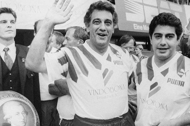 Пласидо Доминго (в центре) и его сын Альваро во время футбольного матча в Зальцбурге, 1991 год