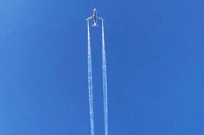 Самолет авиакомпании Delta сбрасывает топливо над Лос-Анджелесом, чтобы вернуться в аэропорт для аварийной посадки