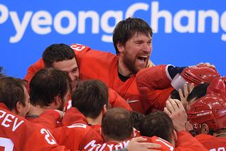 Вратарь Василий Кошечкин и российские хоккеисты радуются победе в финальном матче Россия- Германия по хоккею среди мужчин на XXIII зимних Олимпийских играх, 25 февраля 2018 года