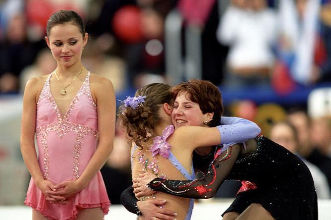 Чемпионка мира по фигурному катанию 2005 года Ирина Слуцкая, бронзовая призерка Каролина Костнер (Италия), серебряная призерка Саша Коэн (США) на пъедестале Чемпионата мира по фигурному катанию, 2005 год