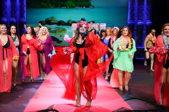 Участницы международного конкурса красоты Plus Size Miss Melon Rich XXL в театре Русская песня, 11 июля 2019 года