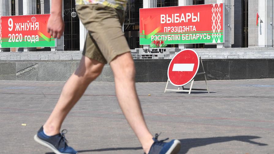 Мужчина перед избирательным участком на выборах президента Белоруссии в Минске, 9 августа 2020 года