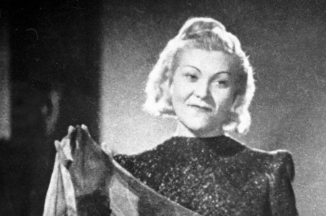Клавдия Шульженко исполняет знаменитую песню «Синий платочек». Кадр из документального фильма «Концерт фронту». Центральная студия кинохроники. 1942 год
