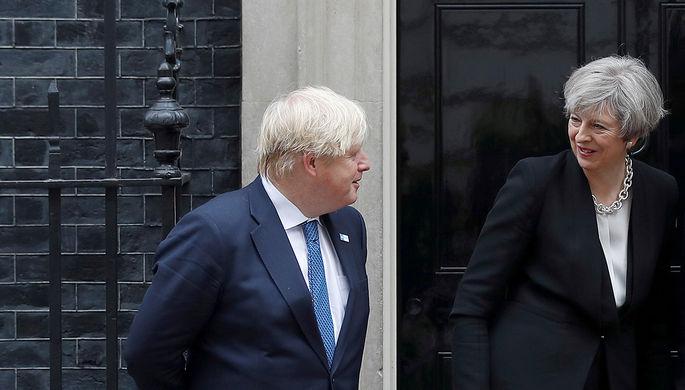 Премьер-министр Великобритании Тереза Мэй и глава МИДа Борис Джонсон на Даунинг-стрит в Лондоне, май...