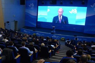 Участники ВЭФ во время трансляции выступления президента России Владимира Путина на пленарном заседании форума во Владивостоке, 7 сентября 2017 года