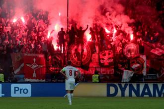 Болельщики «Спартака» зажигают пиротехнику на трибунах стадиона в Мариборе