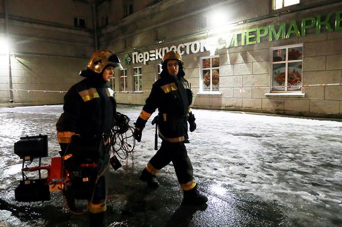 У супермаркета «Перекресток» на площади Калинина в Санкт-Петербурге, где произошел взрыв, 27 декабря 2017 года