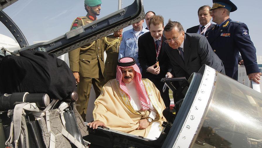 Король Бахрейна Хамаду Бен Иса Аль Халифа и первый вице-премьер Виктор Зубков (слева направо на первом плане) осматривают самолет СУ-27 пилотажной группы «Русские витязи» на международном авиасалоне в Бахрейне, 2012 год