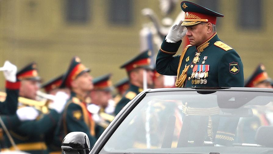 Министр обороны РФ Сергей Шойгу приветствует военнослужащих на военном параде в честь 76-й годовщины Победы в Великой Отечественной войне в Москве, 9 мая 2021 года