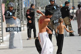 Дети во время шествия в День Ашура в Пакистане