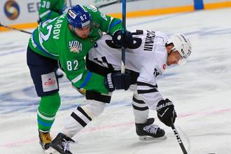 Игрок ХК «Салават Юлаев» Игорь Макаров (слева) и игрок ХК «Трактор» Юрий Петров