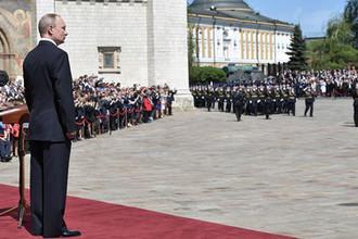 Президент России Владимир Путин во время парада Президентского полка на Соборной площади в Кремле после церемонии инаугурации, 7 мая 2018 года