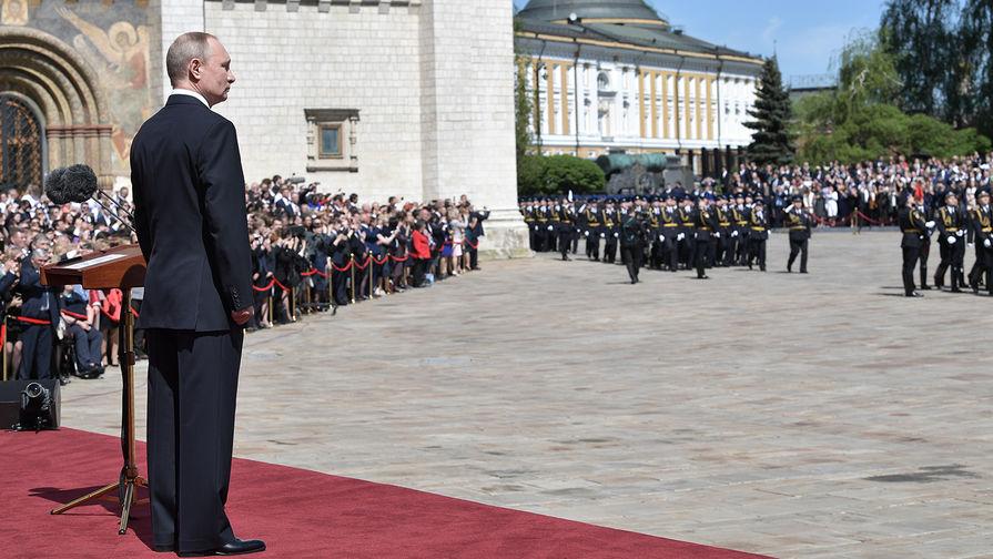 Президент России Владимир Путин во время парада Президентского полка на Соборной площади в Кремле...