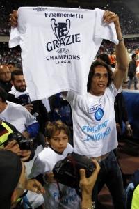 Дисквалифицированный Эдинсон Кавани с футболкой, на которой нанесена благодарность за попадание «Наполи» в Лигу чемпионов