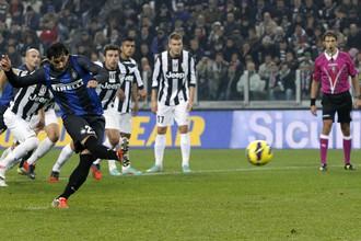 Диего Милито открывает счет голам «Интера» с пенальти