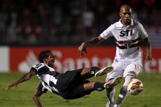 Игроки «Сан-Пауло» и «Атлетико Минейро» в матче Кубка Либертадорес