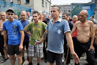 Заключенные колонии строгого режима стоят во дворе после обстрела в Донецке