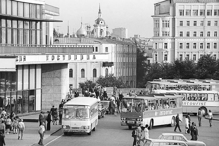 Туристические автобусы с иностранными туристами у гостиницы «Россия» в Зарядье. 1978 год