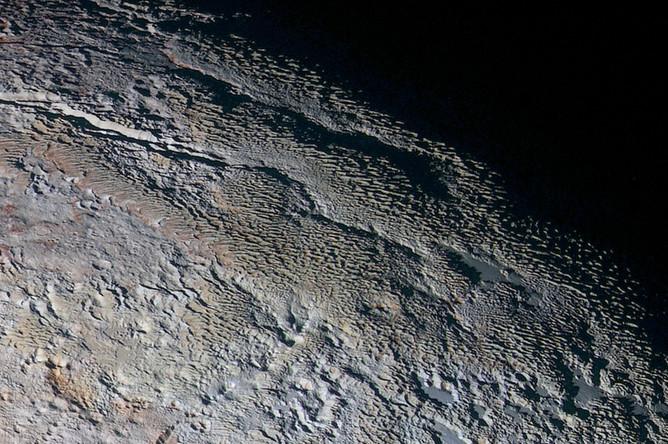 Пейзаж, похожий на кожу змеи, был заснят зондом New Horizons. Предположительно, он формировался в ходе комбинации внутренних тектонических процессов и сублимации поверхностного льда