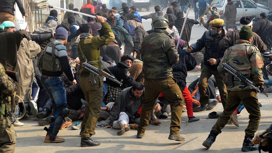 Полицейские разгоняют протестующих шиитов в Кашмире