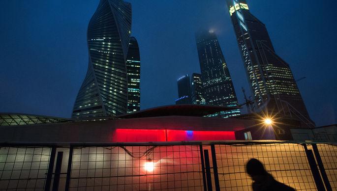 Прохожий около Московского международного делового центра «Москва-Сити»