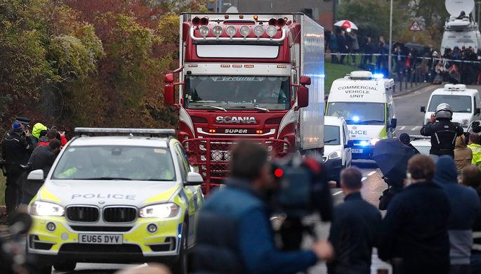 На месте обнаружения грузовика с 39 телами в Великобритании, 23 октября 2019 года
