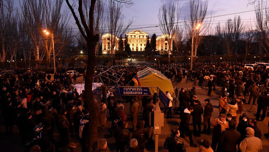 Палаточный лагерь сторонников оппозиции на проспекте Баграмяна у здания Национального собрания Армении в Еревaне, 25 февраля 2021 года