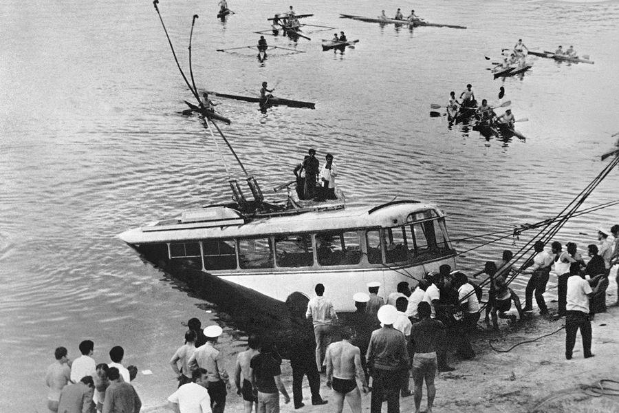 Троллейбус, который упал вЕреванское водохранилище, 1976 год