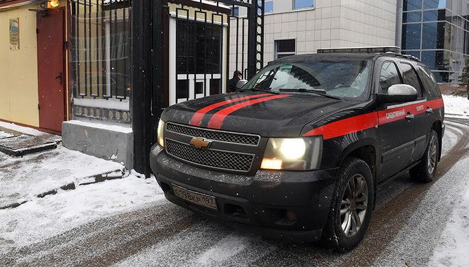 Автомобиль СК России выезжает со служебной территории ведомства