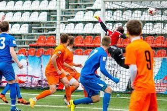 Сборная ЧГУ (в оранжевом) пропускает гол в первом матче на московском этапе премьер-группы НСФЛ