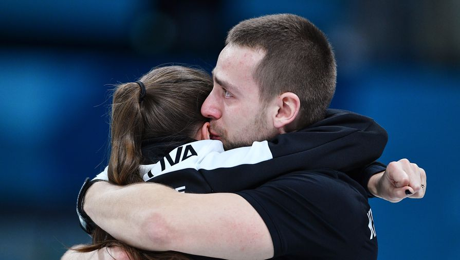 Российские керлингисты Анастасия Брызгалова и Александр Крушельницкий радуются бронзе Игр-2018