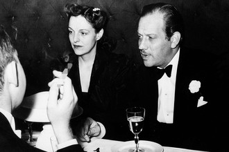 Мелвин Дуглас и его супруга Хелен Гаган Дуглас в ресторане в Монте-Карло, 1939 год
