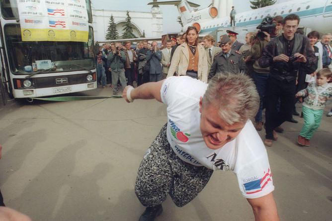 1997 год. Владимир Турчинский при помощи обычной лямки передвигает 18-тонный автобус на 15 метров