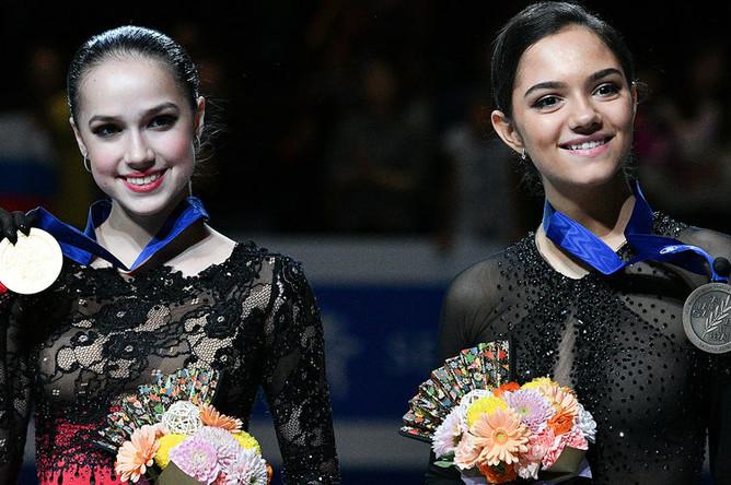 Призеры женского одиночного катания на чемпионате мира по фигурному катанию в Сайтаме (слева направо): Алина Загитова (Россия)- золотая медаль, Евгения Медведева (Россия)- бронзовая медаль, 22 марта 2019 года