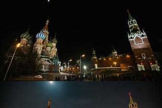 Московский Кремль до и после отключения подсветки в рамках экологической акции «Час Земли»