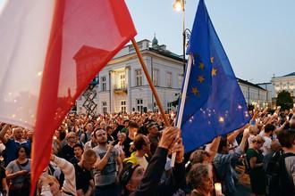 Протестующие против реформ судебной системы около президентского дворца в Варшаве, 18 июля 2017 года