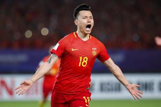 Нападающий сборной Китая Гао Линь празднует победный гол в ворота команды Узбекистана