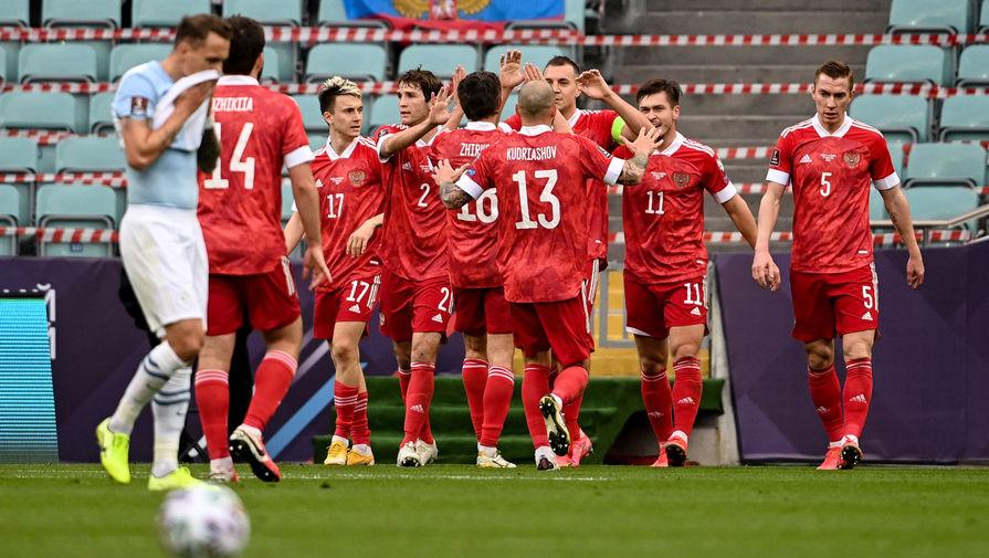 Игроки сборной России радуются забитому мячу в матче отборочного турнира чемпионата мира по футболу 2022 между командами России и Словении, 27 марта 2021 года