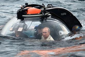 Президент России Владимир Путин во время погружения на батискафе в районе Севастополя, август 2015 года