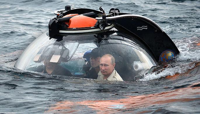 Президент России Владимир Путин перед погружением в батискафе на дно Финского залива для осмотра подводной лодки Щ-308 «Семга», затонувшей во время Великой Отечественной войны, 27 июля 2019 года
