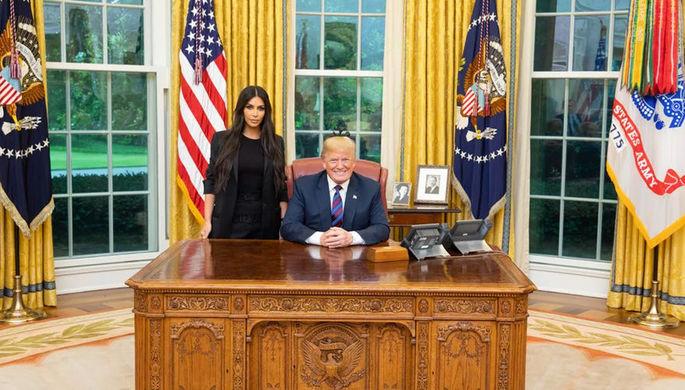 Телезвезда Ким Кардашьян и президент США Дональд Трамп в Овальном кабинете Белого дома, 30 мая 2018...