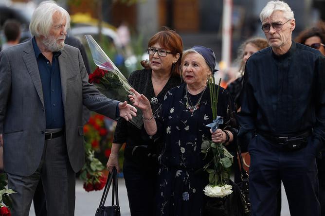 Актеры Станислав Любшин (слева) и Борис Щербаков (справа) перед началом церемонии прощания с режиссером Дмитрием Брусникиным, 13 августа 2018 года