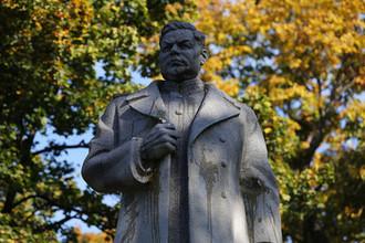 Фрагмент памятника генералу Ватутину в Мариинском парке Киева, который радикалы забросали яйцами, 14 октября 2018 года