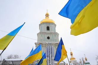 Украинские флаги верующих на «объединительном соборе» на Софийской площади в Киеве, декабрь 2018 год