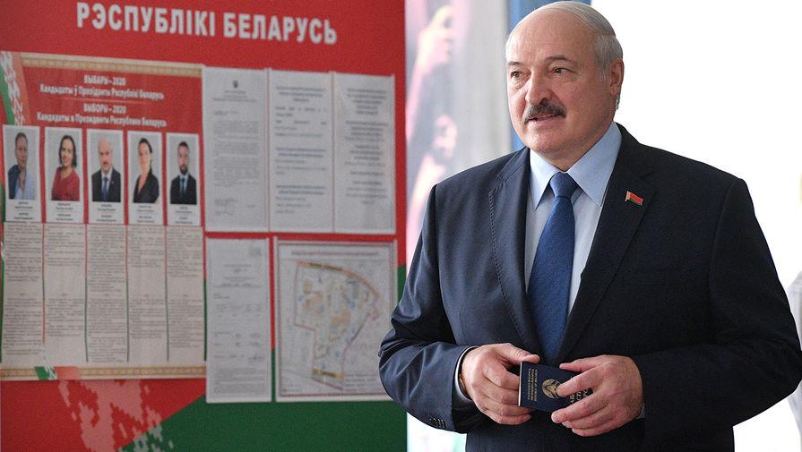 Президент Белоруссии Александр Лукашенко голосует на выборах президента Белоруссии на избирательном участке в Минске, 9 августа 2020 года