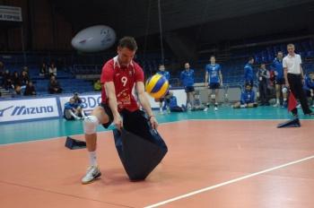 Вадим Хамутцких принимал мячи от болельщиков оригинальным способом